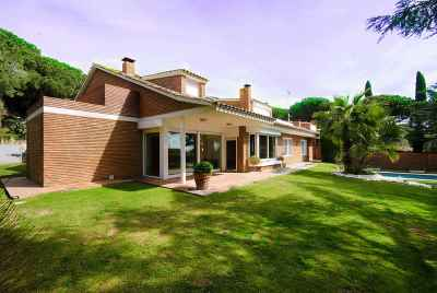 CURRENTLY NOT AVALABLE FOR SALE. Elegant house close to Barcelona with wine cellar and nearby golf course